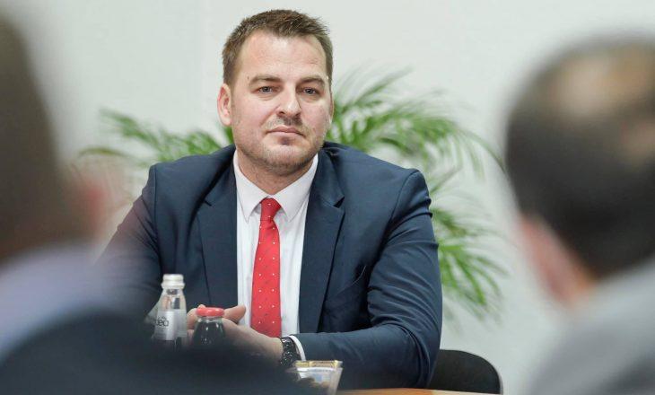 Armend Muja i kërkon falje publike punëtores së Kuvendit për sjelljen ndaj saj