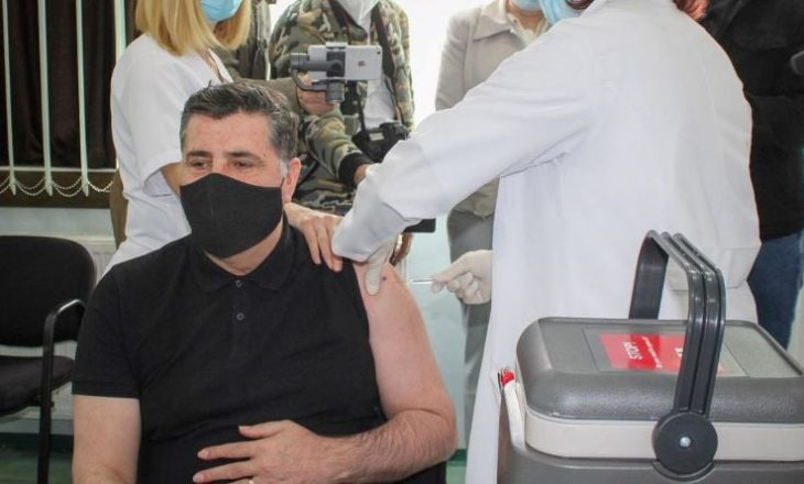 Haziri merr vaksinën kundër COVID-19