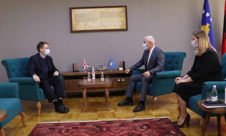 Ambasadori Abbott takohet me ministrin Sveçla