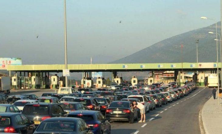 Profesori universitar shpjegon numrin e madh të njerëzve që po kalojnë vikendin në Shqipëri