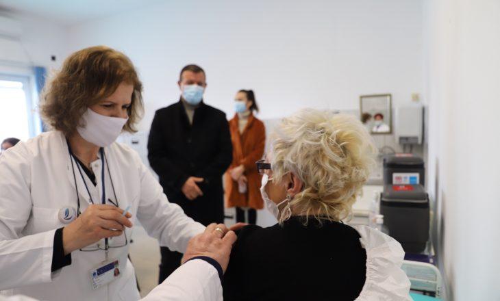 Fillon vaksinimi i personelit shëndetësor të Obiliqit