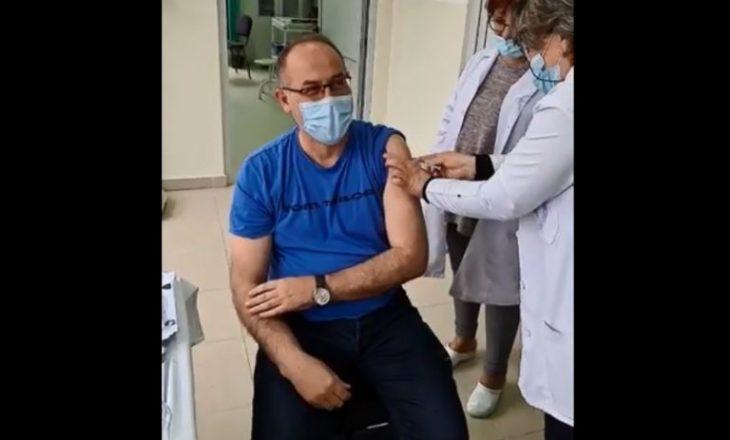 Lul Raka merr dozën e parë të vaksinës: Mjekët që frikësohen nga vaksina të kërkojnë profesion tjetër