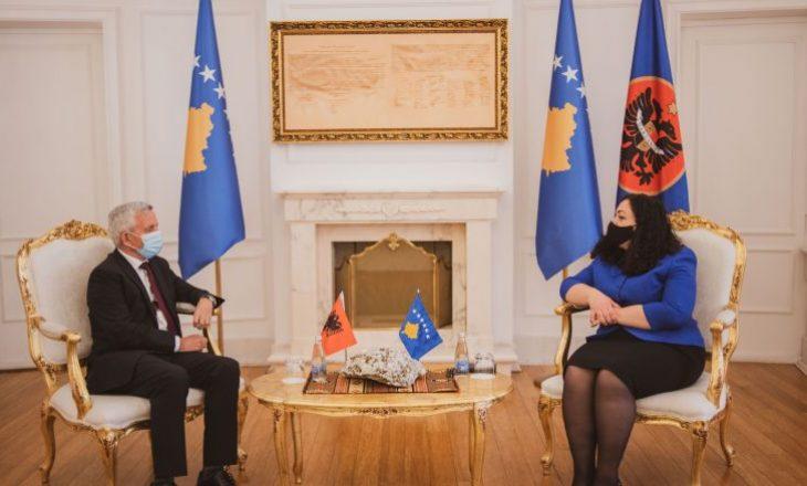 Osmani në takim me ambasadorin e Shqipërisë: Sigurimi i vaksinave, prioriteti ynë