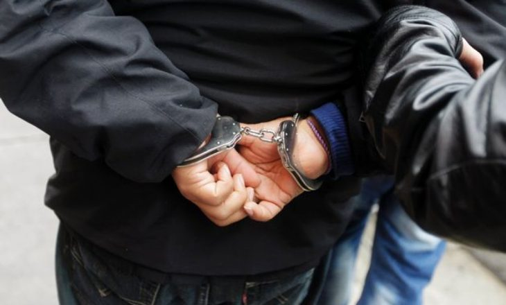 Dyshohet se ngacmoi seksualisht një të mitur, arrestohet