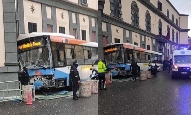 Tiranë: Autobusi godet murin e Ministrisë, 4 persona të lënduar
