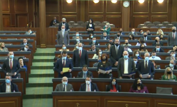 Betohen deputetët e rinj të Kuvendit dhe ata që munguan në seancën konstituive