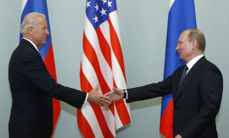 Biden kërkon nga Putin të de-përshkallëzojë tensionet në kufirin me Ukrainën