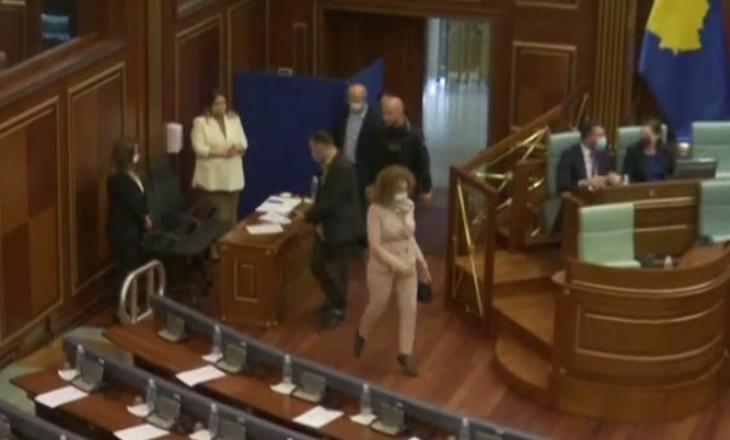 Deputetja e AAK-së shihet në Kuvend