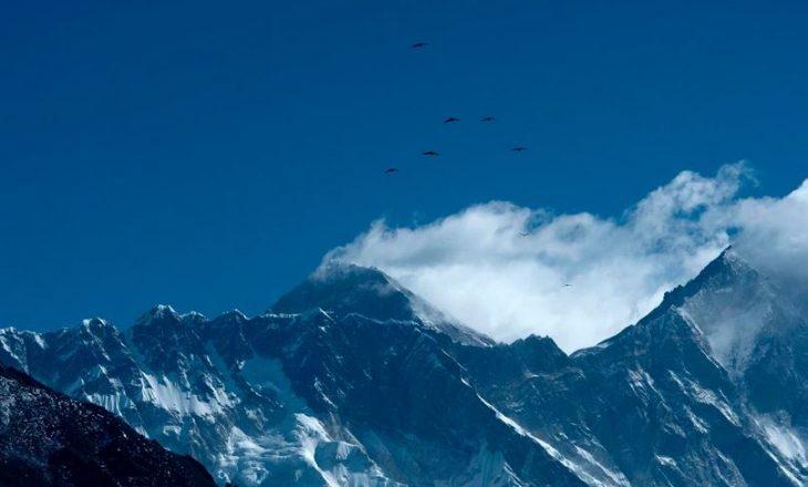 COVID-19 mbërrin majën – karantinohet një bazë në Malin Everest