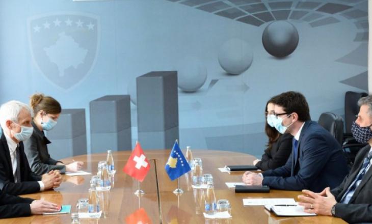 Murati takohet me ambasadorin zviceran