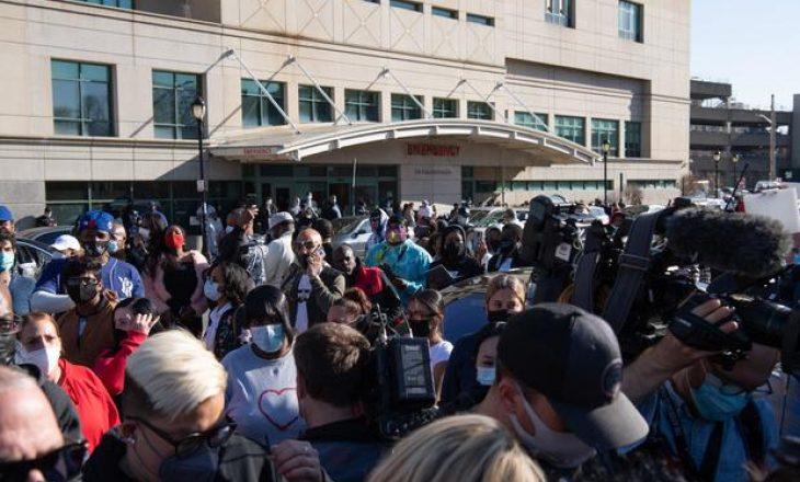 Qindra fansa mblidhen para spitalit për t'u lutur për reperin e famshëm