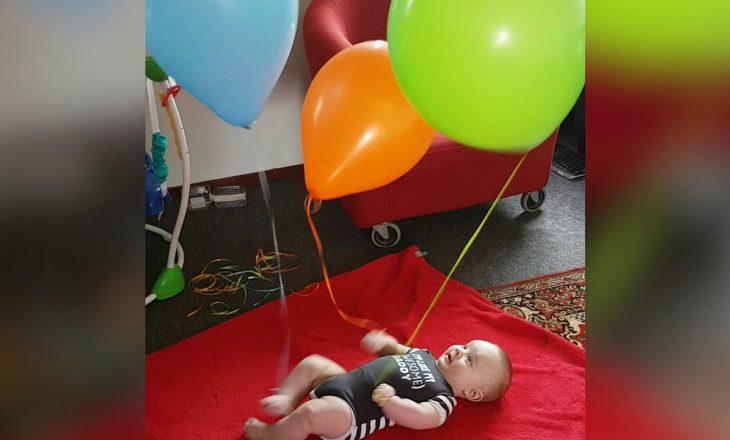 Pse prindërit po lidhin balona rreth krahëve dhe këmbëve të foshnjave të tyre?