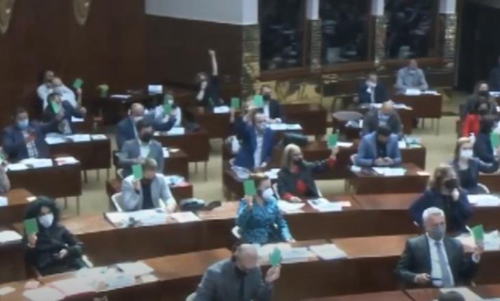 Maqedoni e Veriut: Do të paditen deputetët që shkuan në Kuvend me COVID-19
