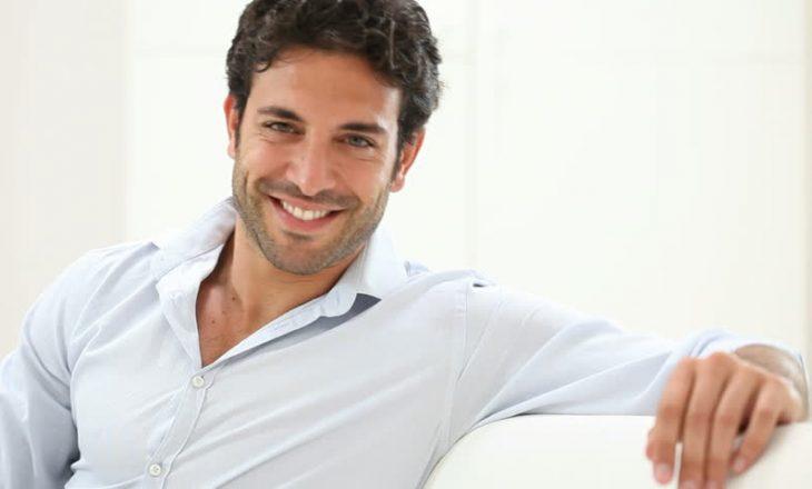 Studimi: Burrat e buzëqeshur janë më pak tërheqës për gratë