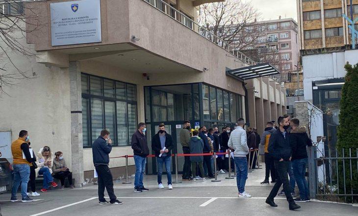 Qytetarët presin në radhë para MPJD-së për vulë apostile, s'respektojnë masat