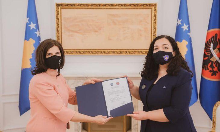 """Presidentja ia dorëzon kopjen e dekoratës """"Urdhri Hero i Kosovës"""", familjes së Agim Ramadanit"""