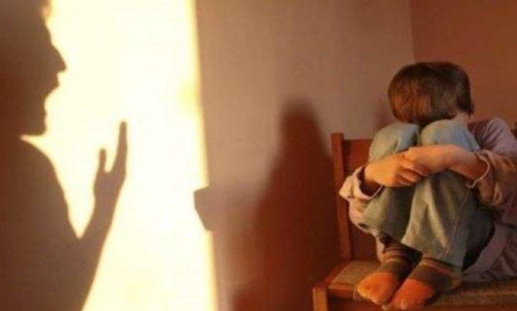 Nëna i bën për mjek dy fëmijët e saj, arrestohet