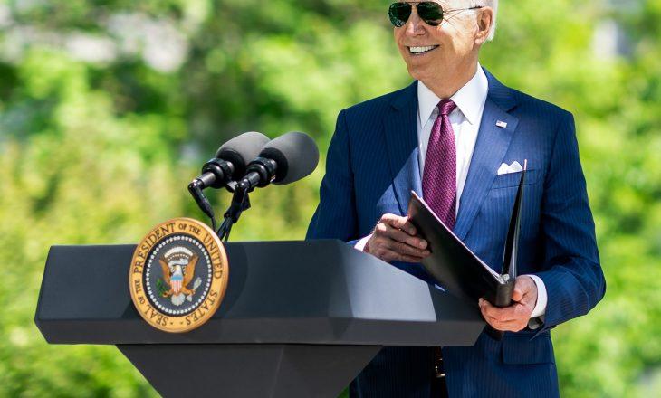 Joe Biden shfaqet pa maskë