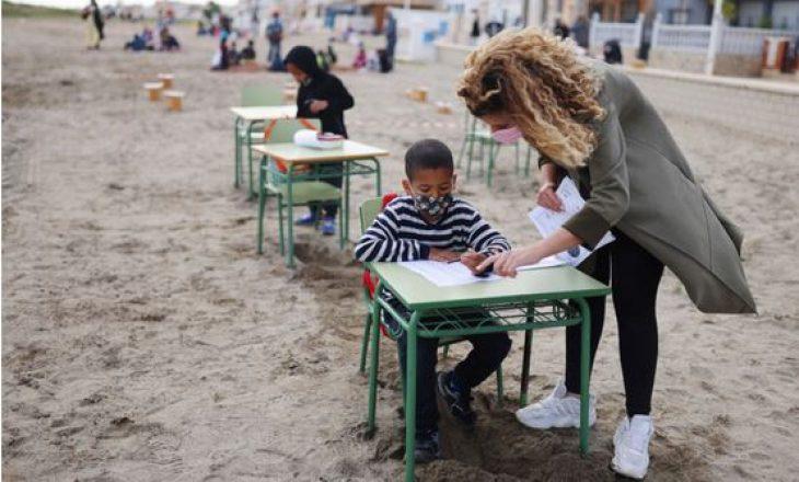 Fëmijët spanjollë po mbajnë klasat në plazh