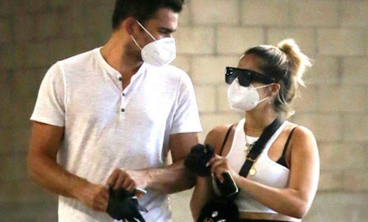 Bebe Rexha shkëmben puthje me të dashurin në videon që publikoi