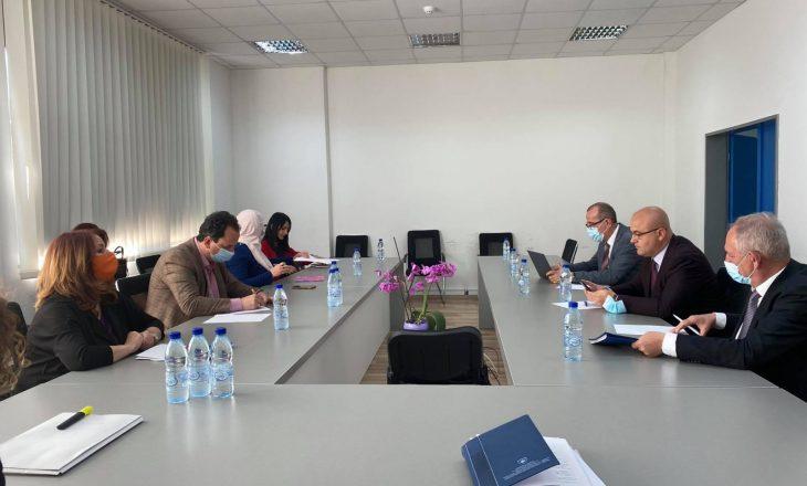 Anëtarët e Komisionit për Shëndetësisë takohen me drejtues të SHSKUK-së