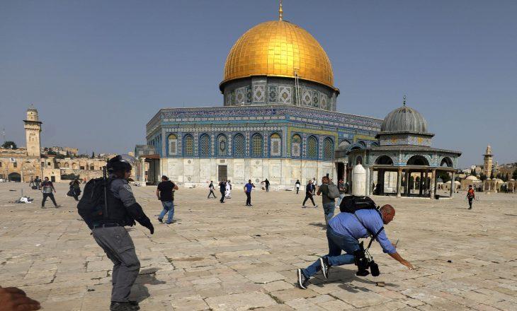 Të mbështetur nga policia izraelite, kolonët hebrenj sulmojnë kompleksin Al-Aksa