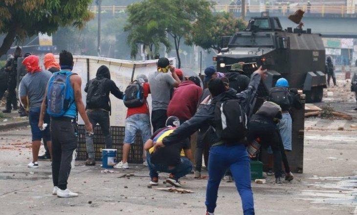 Shkon në 24 numri i viktimave në protestat që po mbahen kundër reformës së taksave në Kolumbi