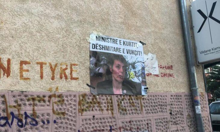 """""""Ministre e Kurtit, dëshmitare e Vukçit!"""", posterë kundër Gërvallës vendosen në Prishtinë"""