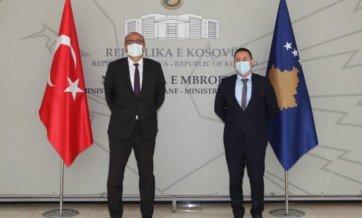 Ministri Mehaj priti në takim ambasadorin Turqisë në Kosovë