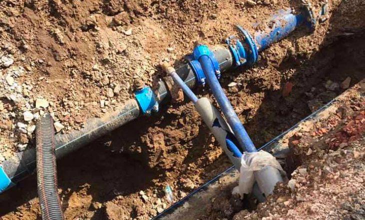 """Punimet në rrugën """"Muharrem Fejza"""" shpërfaqin problemet me kyçjet ilegale në rrjetin e ujit"""