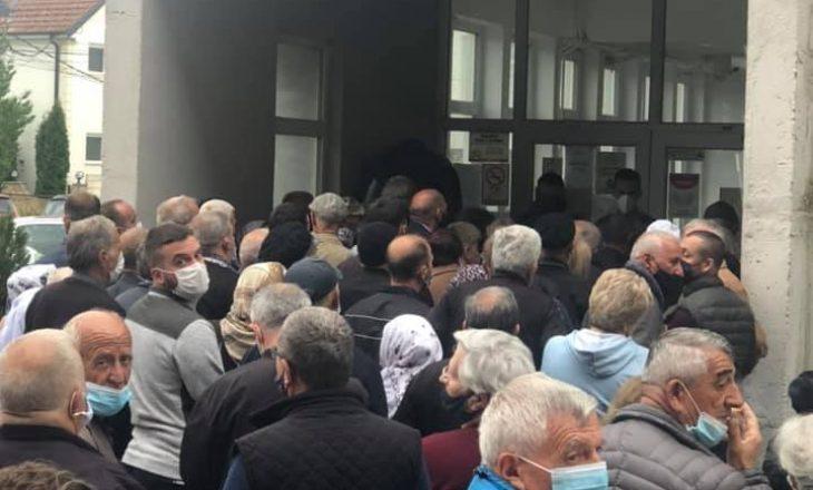 Publikohen pamje nga tollovia në QKMF-në e Ferizajt gjatë procesit të vaksinimit
