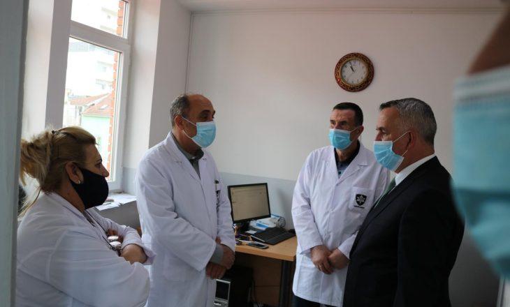 Kryetari i Lipjanit sheh nga afër procesin e vaksinimit në QKMF