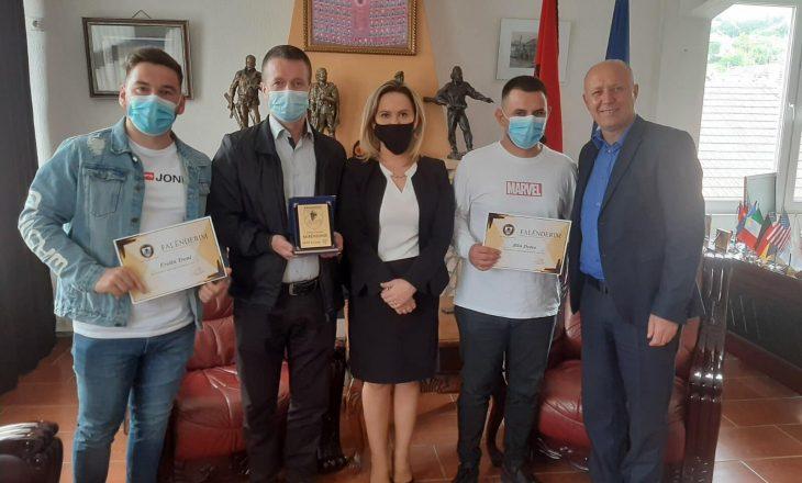 Komuna e Kaçanikut nderon me mirënjohje QKMF-në dhe dy teknikë mjekësorë vullnetarë