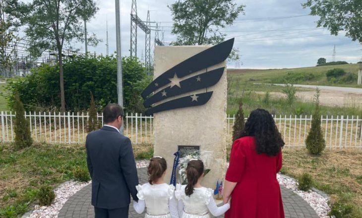 Osmani me familje përkujton djalin e Joe Biden, i cili shërbeu në Kosovë gjatë vitit 1999
