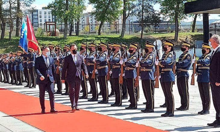 Ministri i Mbrojtjes së Shqipërisë pritet me ceremoni shtetërore nga homologu kosovar