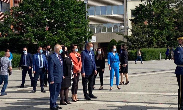 Vjosa Osmani e ish-presidentët nderojnë Ibrahim Rugovën
