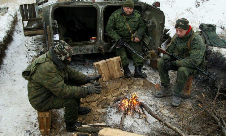 Ukraina thotë se Rusia ka ende 100,000 trupa pranë kufijve të saj