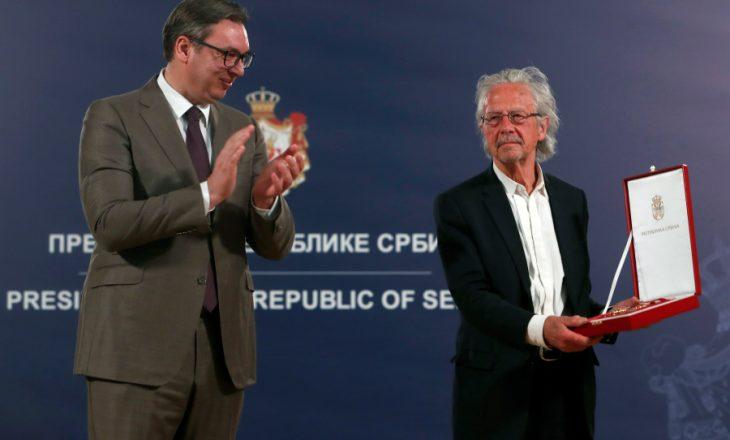 Vuçiq dekoron me medaljen e lartë fituesin e çmimit Nobel, Peter Handke