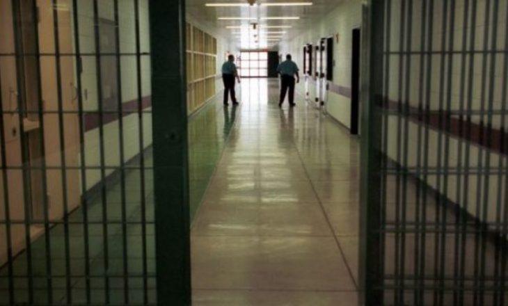 U kap duke futur substancë narkotike në burg, suspendohet nga puna oficeri korrektues
