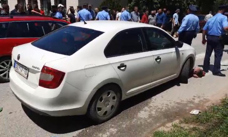 Qytetari i shtrirë nën veturën e komunës, pamje nga ngjarja në Kamenicë (VIDEO)