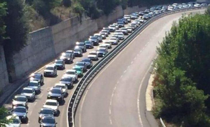 Kosovarët drejt bregdetit, kolona të gjata në Rrugën e Kombit