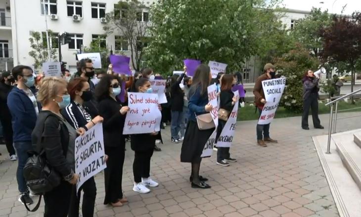 """""""Shkolla të sigurta për vajza"""", protestohet para MASHTI-t për rastin e të miturës"""