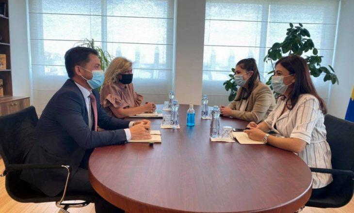 Ministrja Haxhiu takohet me përfaqësuesit e Odës së Ndërmjetësuesve