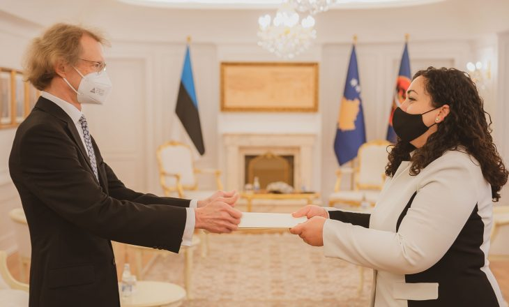Osmani pranon letrat kredenciale të ambasadorit jorezident të Estonisë