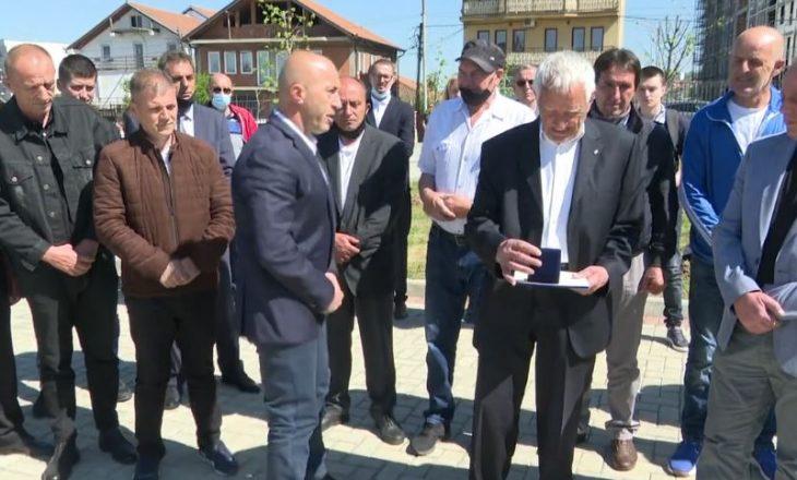 Haradinaj ndan medalje për familjarët e dëshmorëve Ilir Konushevci dhe Hazir Mala