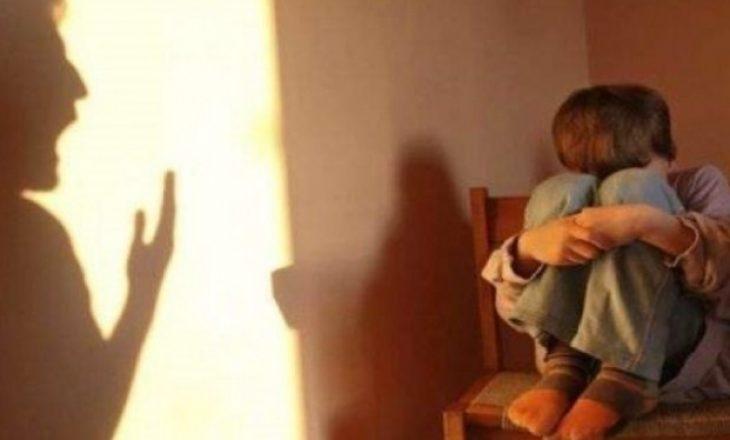 Babai keqtrajton fëmijën e tij