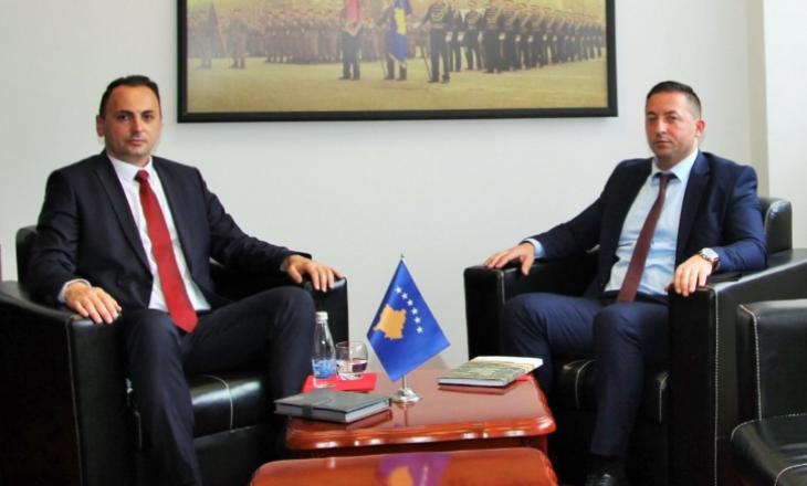 Ministri i Mbrojtjes takon drejtorin e AKI-së