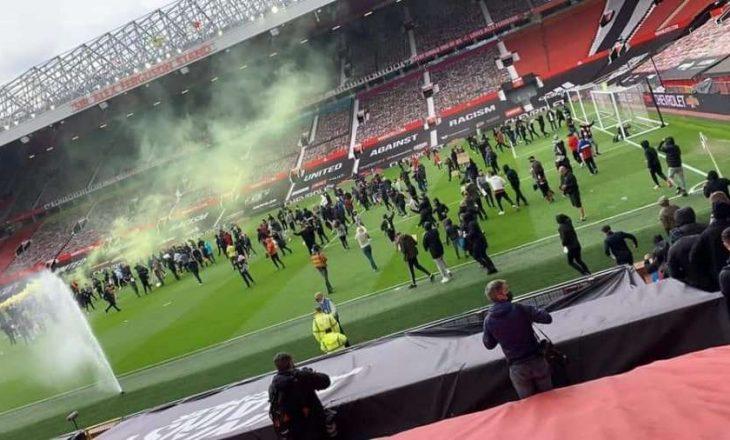 Tifozët e United protestojnë para sfidës me Liverpool