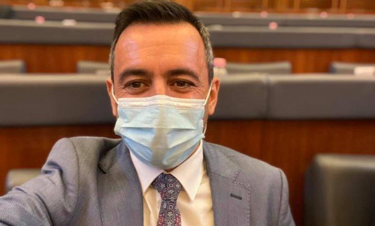 Deputeti VV-së: Lidhja e kravatës për burra është arritje e madhe