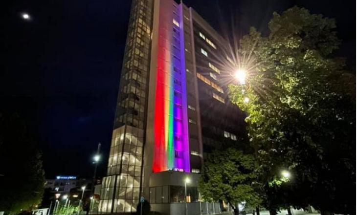 Ndërtesa e Qeverisë së Kosovës vishet me ngjyrat e ylberit